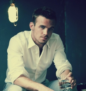 cam_gigandet_shirt_room_look_charming_61416_2560x1440